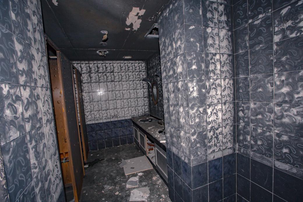 焼け跡が不気味に残るトイレ