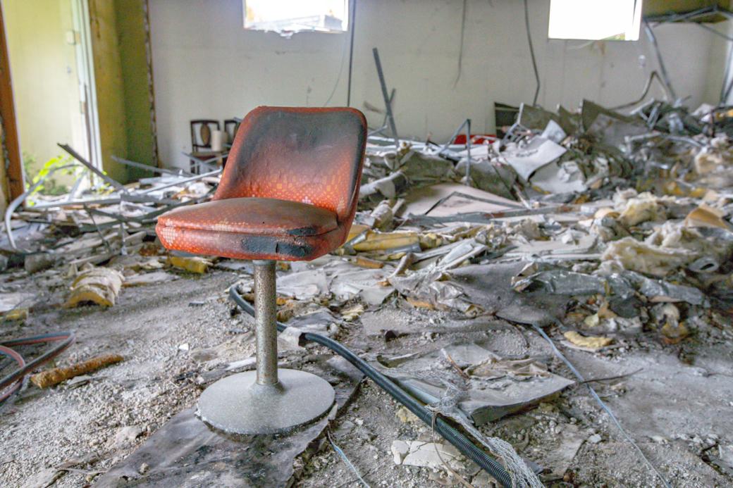 広間に放置された椅子