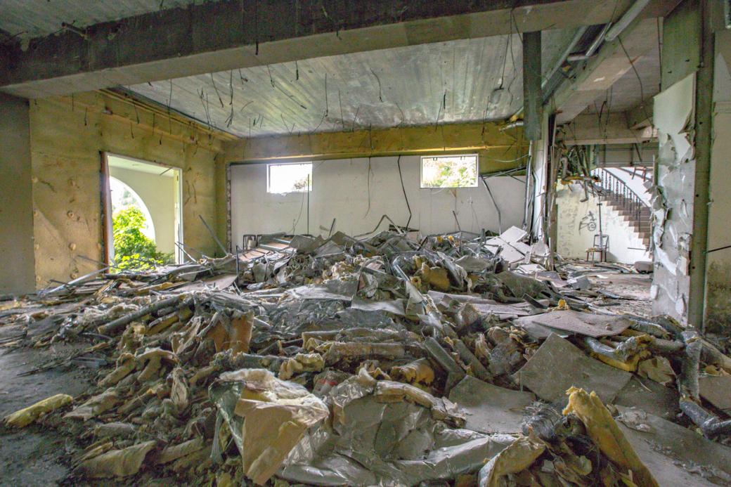 広間に広がる瓦礫