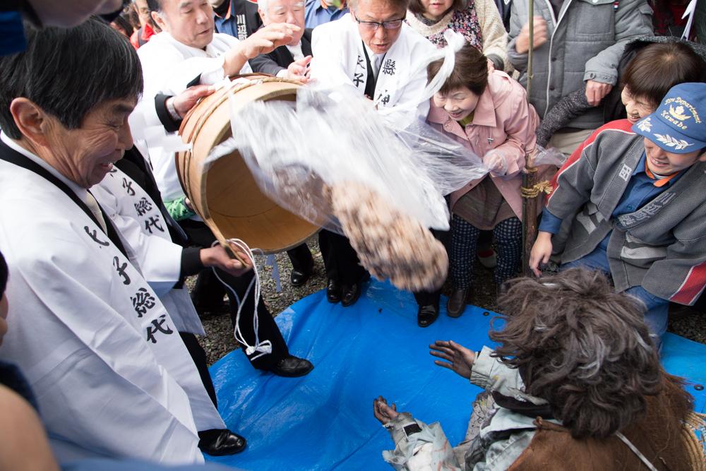 乞食祭りの祭事おこわかけで乞食さんにオコワが降り注がれた瞬間