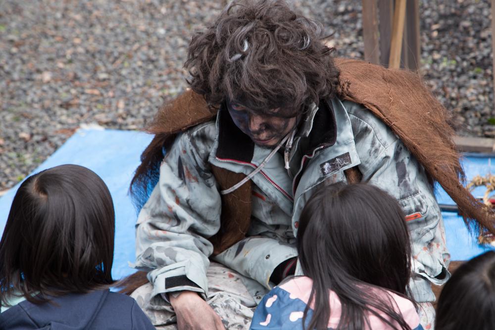 子供と戯れる乞食さん