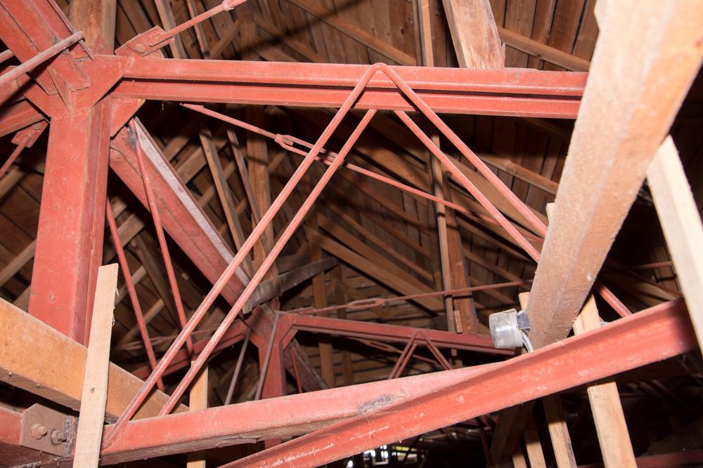 屋根裏で見つけた複雑な鉄柱