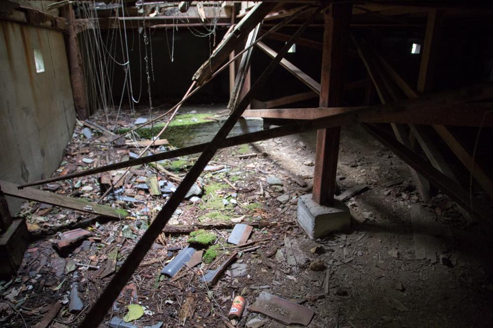 崩壊した天守台内部と折れた柱
