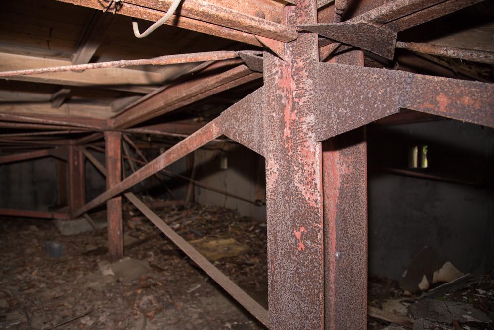 模擬天守閣を支えるために設置されている太い鉄柱