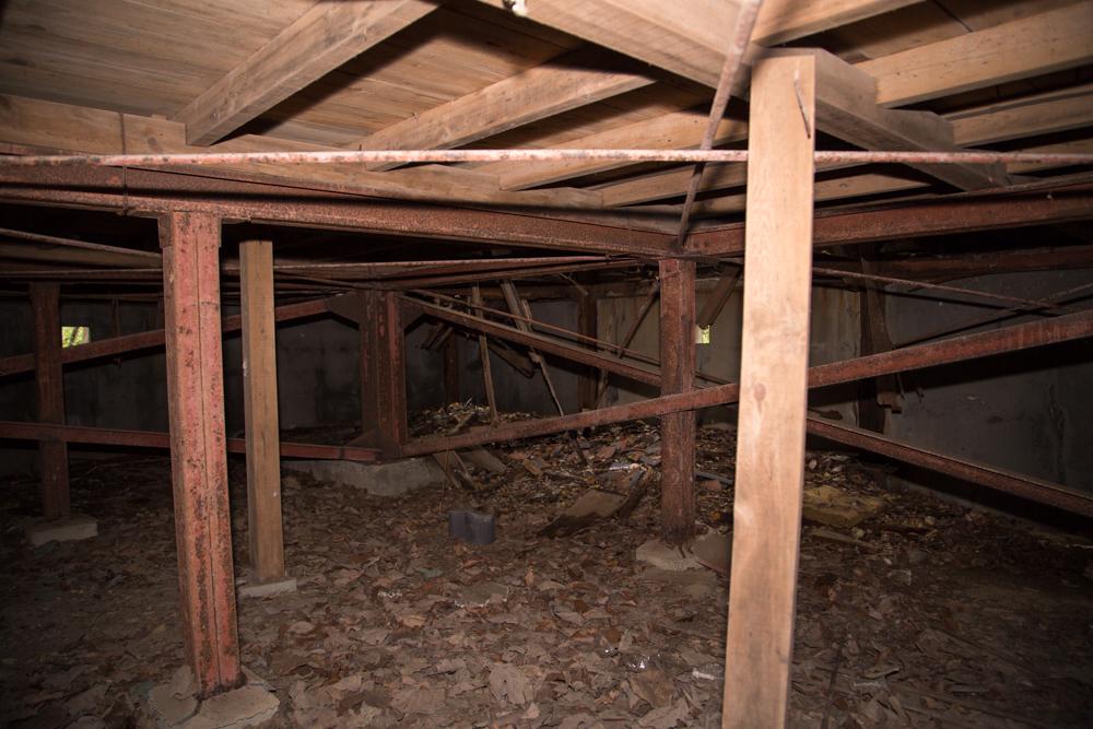 規則的に配置された木材と鉄柱