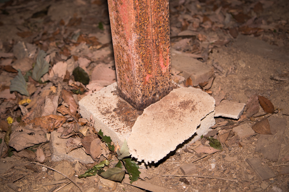 鉄柱の下に敷かれていたコンクリートの土台