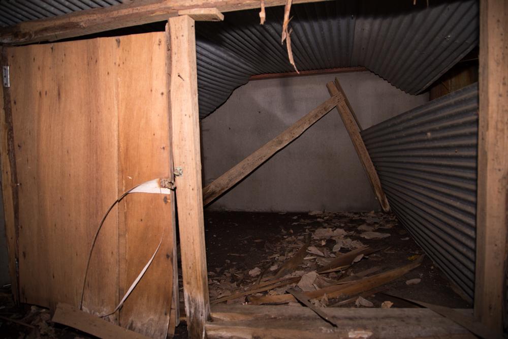 天守台内部で見つけたプレハブで囲まれた小部屋