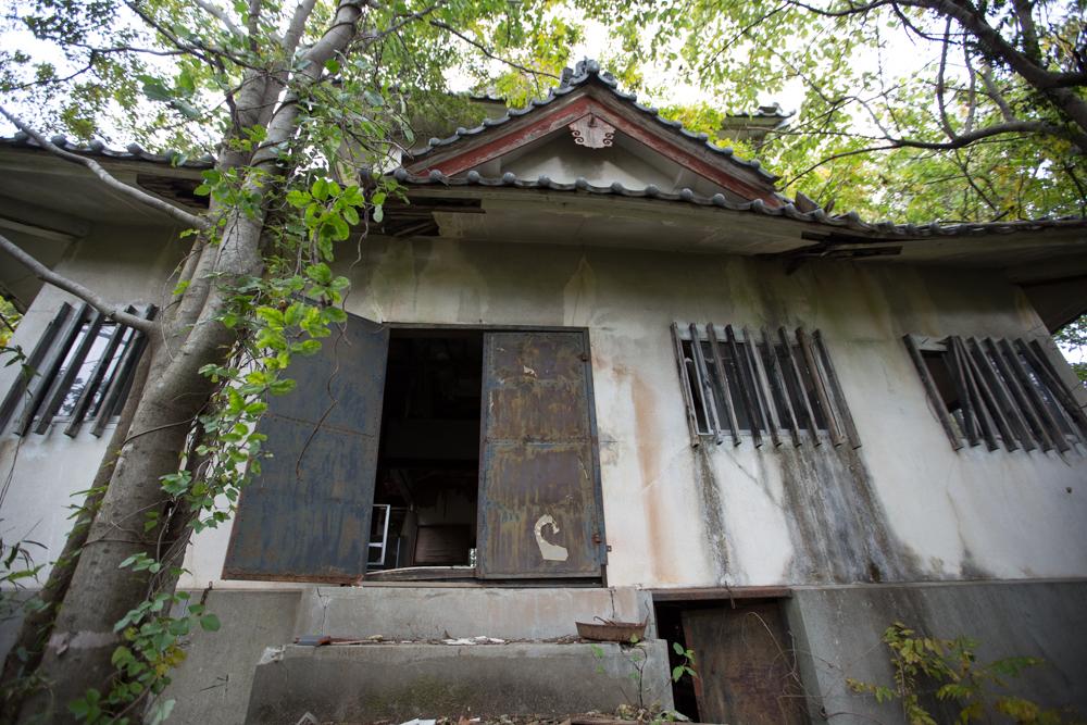 コンクリートで作られた天守台と天神山城模擬天守閣
