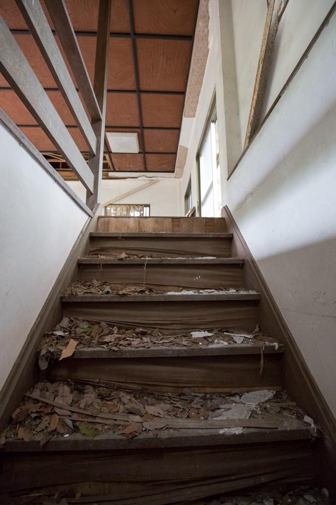 枯葉が散乱している木製の階段