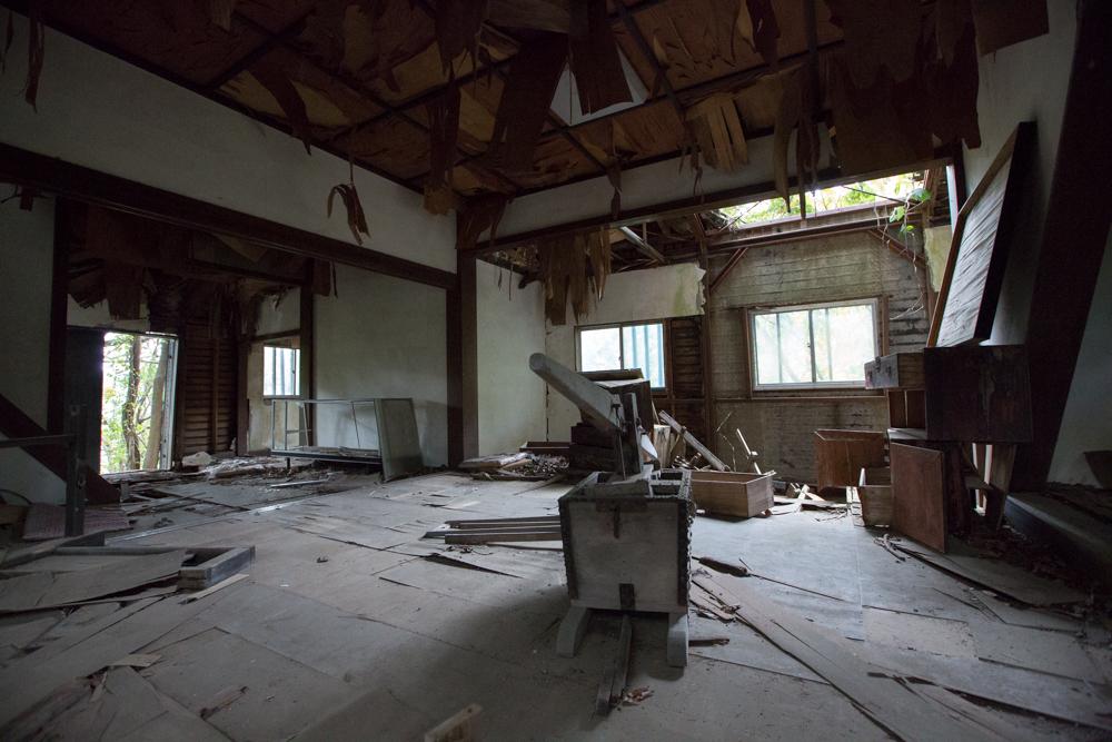 天神山城模擬天守閣の抜けた天井と崩落した床
