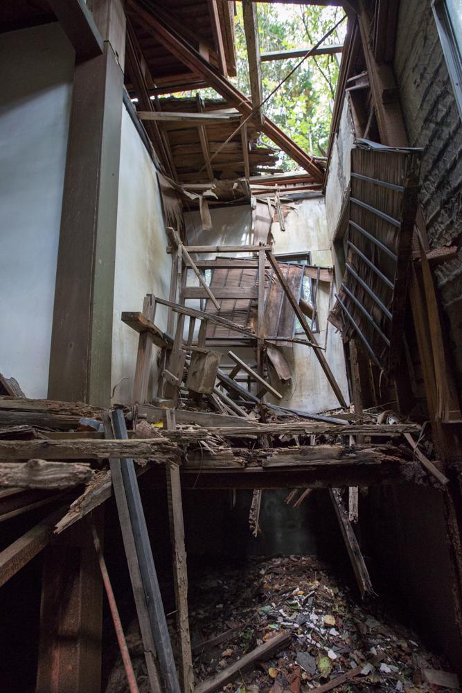 用途不明の崩壊した小部屋