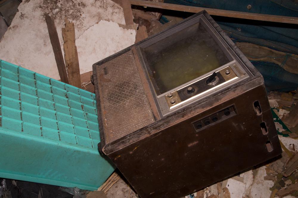 倒されて放置されたカラーテレビ