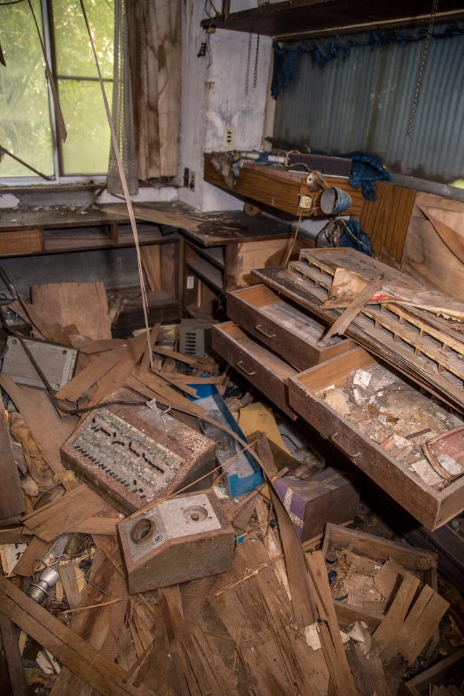 古い機材などが放置されているフロントの裏側