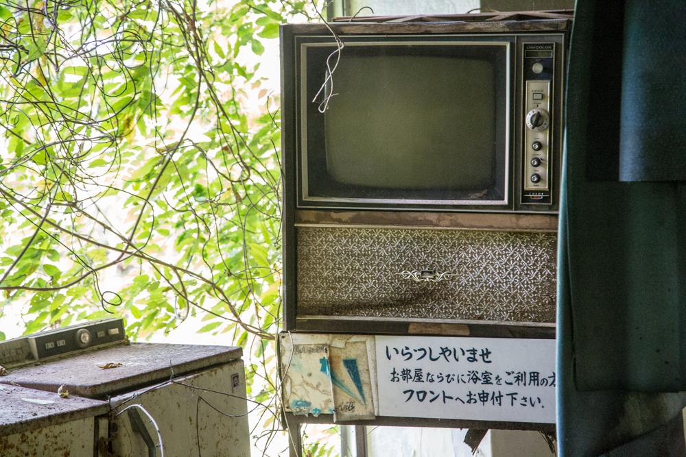 レストラン内に放置されていたカラーテレビ