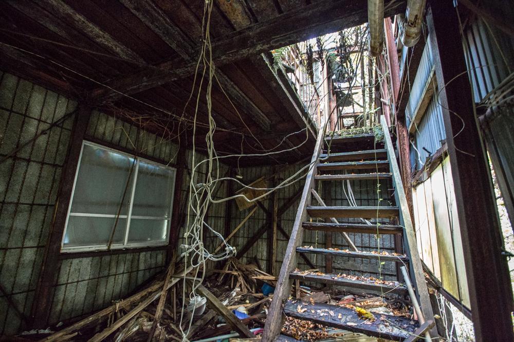 階段を降りた先にあったガレージの写真