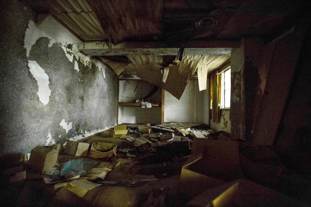 酷く荒れ果てた客室の写真