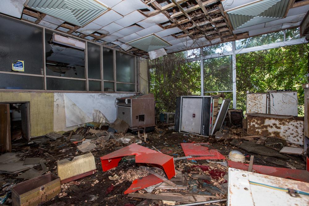 荒廃したダイニングルーム内の写真