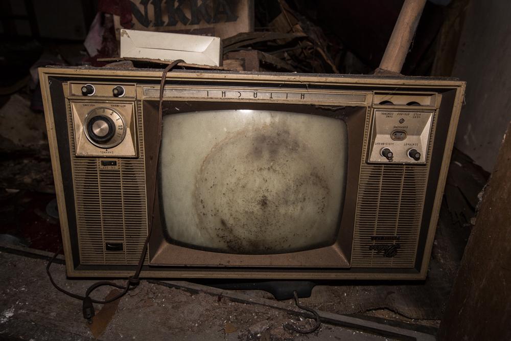 逆さで放置されたカラーテレビ