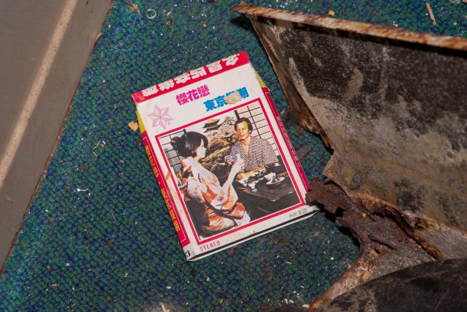 室内に落ちていた日本人歌手のカセットテープのパッケージ