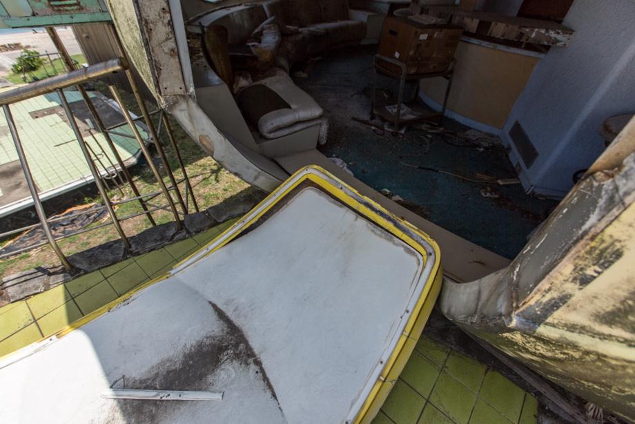 ドアが壊されてしまって開けっ放しになっているFUTURO