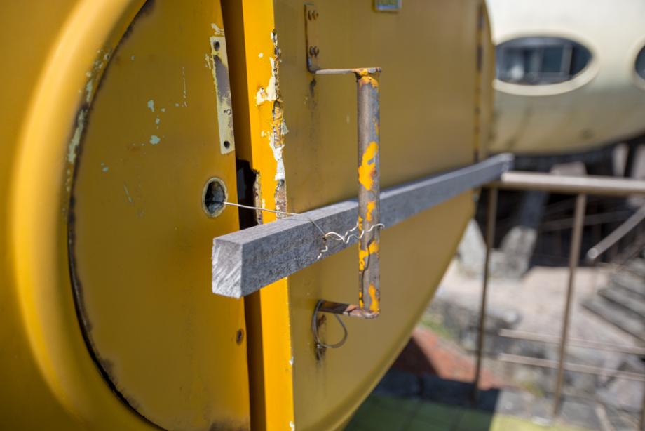強引に施錠されているFUTUROのドア