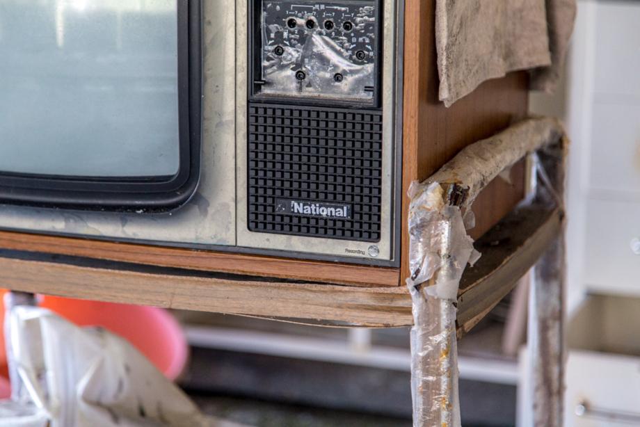 廃墟化した室内に放置されていた日本製のテレビ