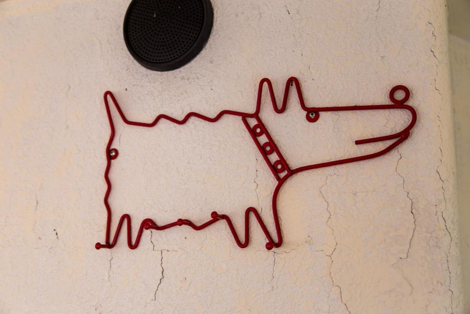壁に掛けられた犬の針金アート