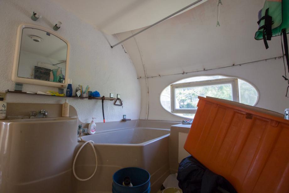 荷物がそのまま放置されていた浴室と浴槽