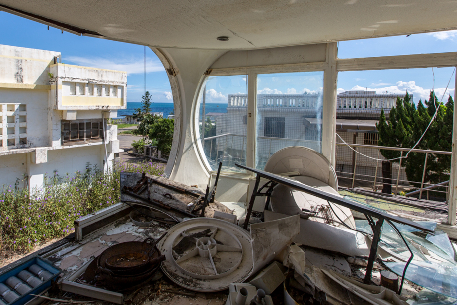 廃墟化したVENTUROの室内と外の景色