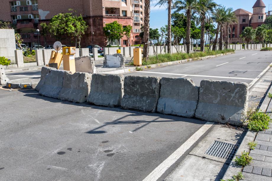 瓦礫のバリケードで塞がれた翡翠湾への道