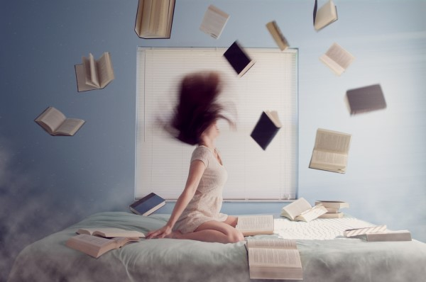 ヒステリーで本を散らかす女性