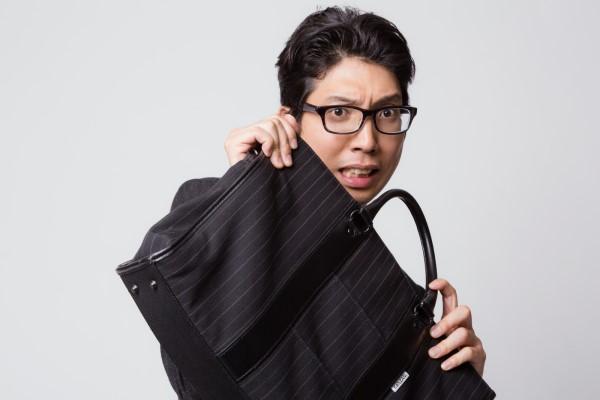 鞄で身を守る男性会社員