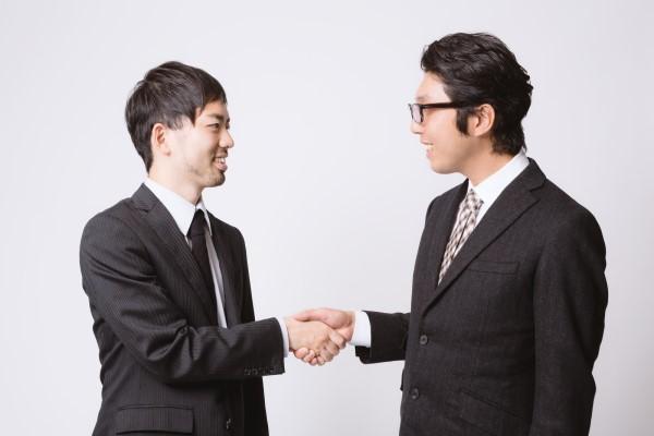 握手をする二人の男性会社員