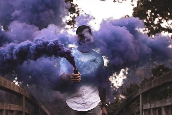 煙幕に隠れる男性