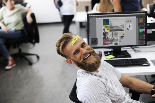 額に付箋をはって笑う男性