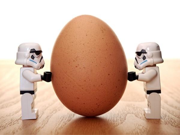 卵を支える二つの人形