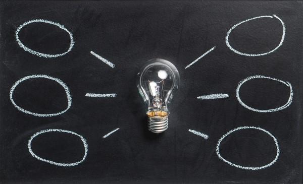 アイデアを出す電球