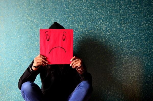 困り顔のイラストで顔を隠す人