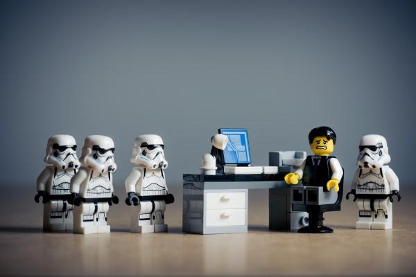 オフィスで敵に囲まれる人形