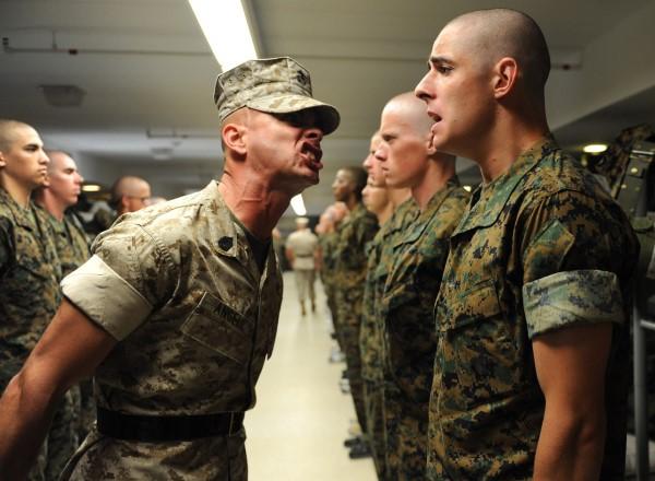 怒鳴られる軍人