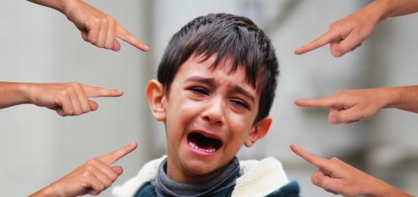 指をさされて泣く少年