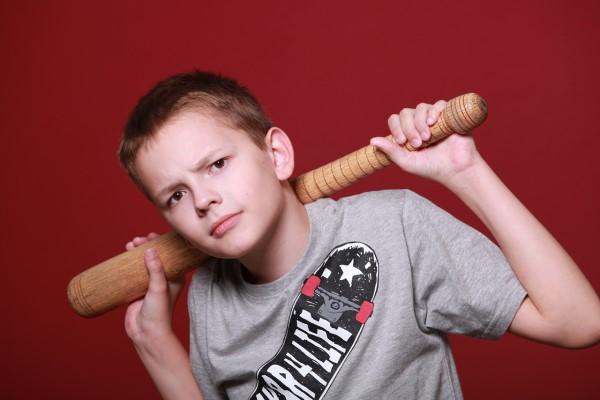 バットを持ってにらむ少年
