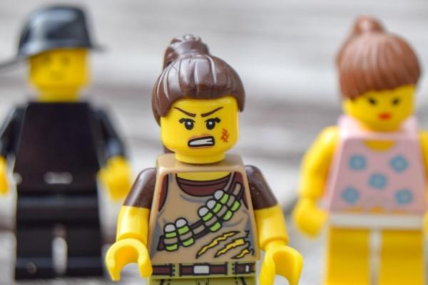 傷ついて怒った顔のレゴ