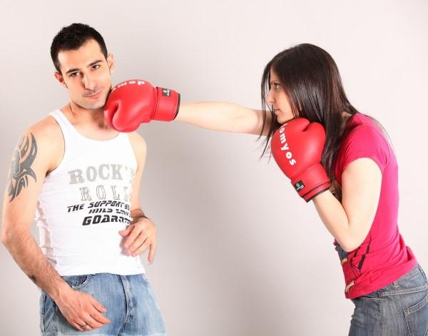 横柄な人の弱点をつく女性