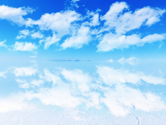 中南米ボリビア雨季のウユニ塩湖-写りこむ青空と雲