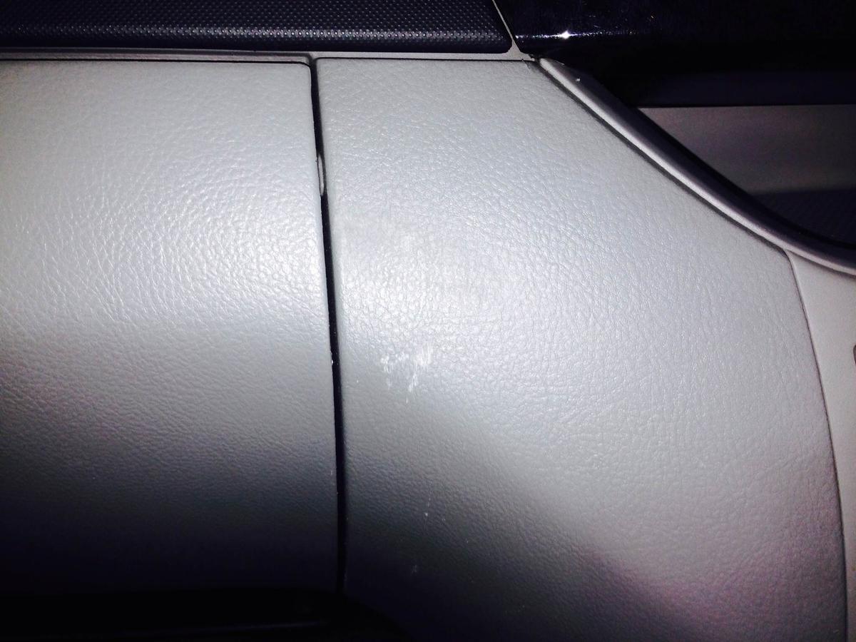 トヨタ VOXY 助手席グローブボックス周辺のスクラッチ傷 札幌 4
