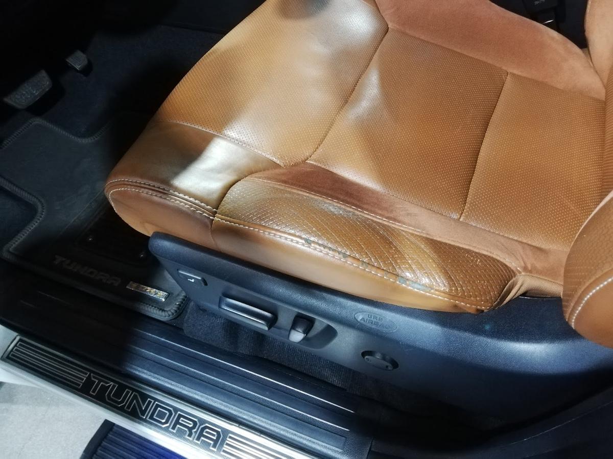 USトヨタ/ タンドラ クルーマックス1794エディション 革シートの擦れ補修1