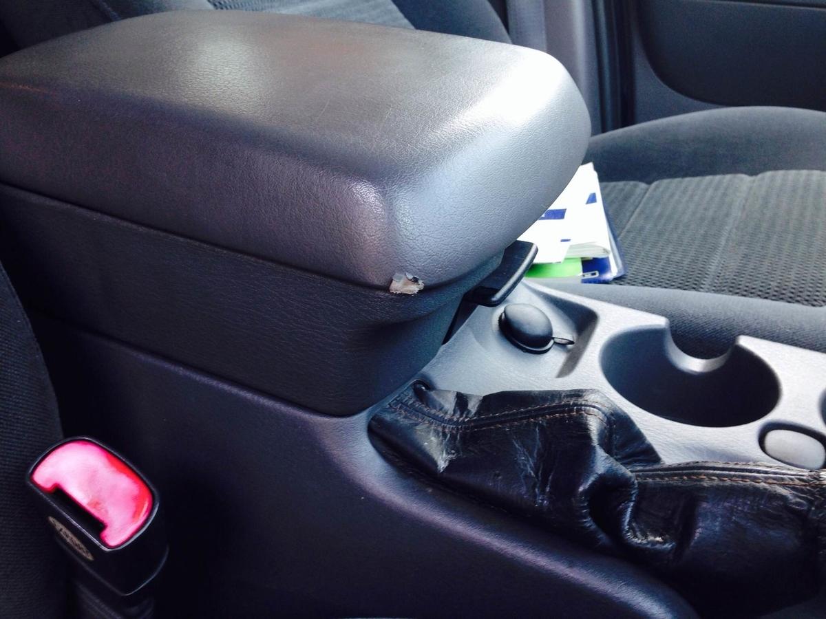 フォード/エクスプローラ コンソールボックス蓋の破れ補修
