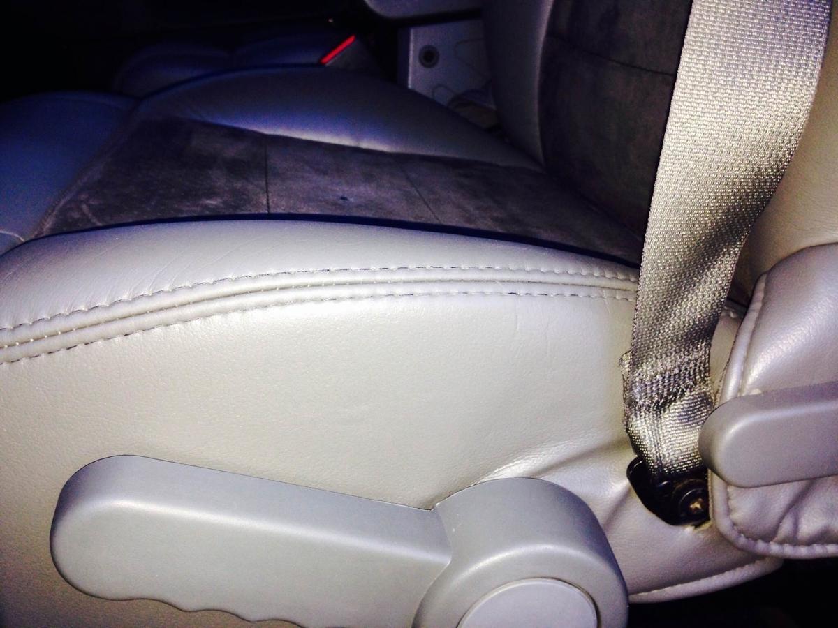 ジープ/グランドチェロキー 革レザーシート破れ・擦れ・ひび割れの補修1