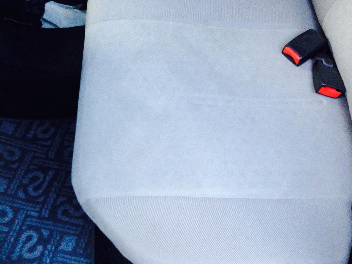 トヨタ/イスト モケットシート タバコ焦げ穴の補修1
